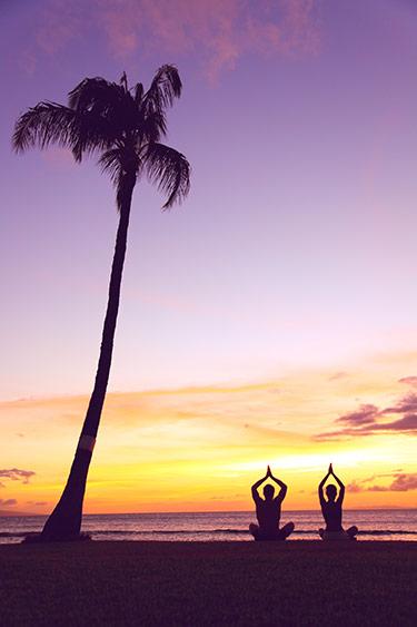 Yoga på strand vid havet