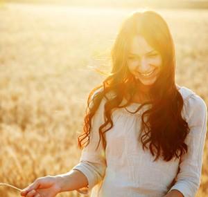 Kvinna  glad i solen